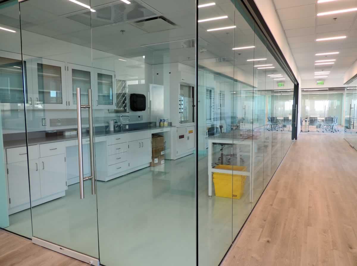 https://jmusselmanconstruction.com/wp-content/uploads/2020/08/2-glass-lab-and-conf-room.jpg